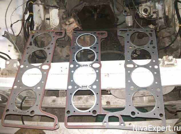 новая прокладка гбц 3 штуки лежат на раме радиатора двигатель снят