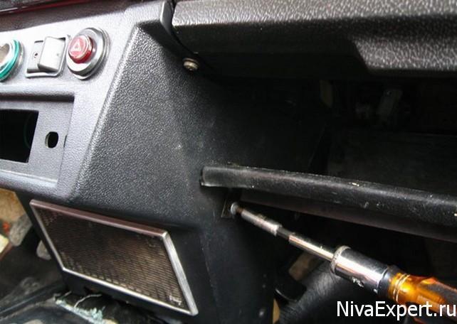 снять панель для замены радиаторы печки 21214