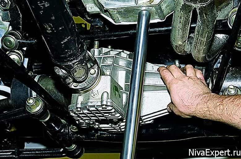 установка домкрата под двигатель