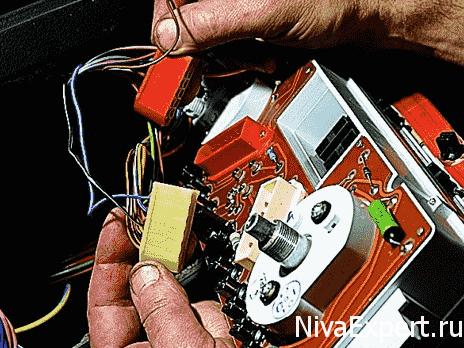 отсоединить провода от щитка приборов