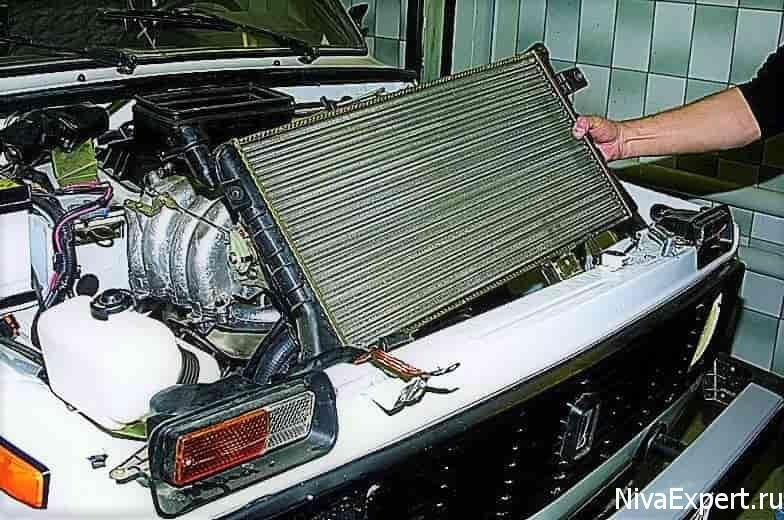 вытащить радиатор из капота